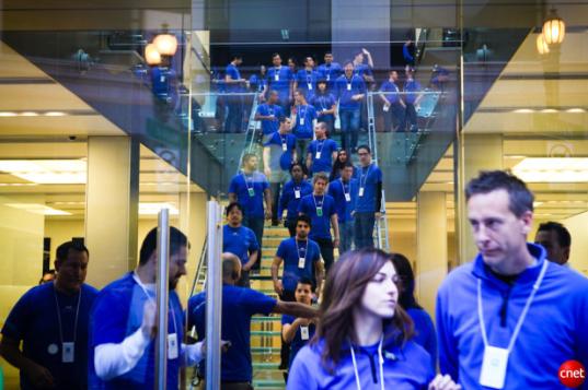 Сотрудники Apple готовятся к презентации iPhone 4 в прошлом году во флагманском магазине в Сан-Франциско