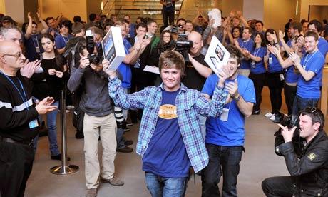 Семнадцатилетний Джэк Ли покупает новый iPad в лондонском Apple Store